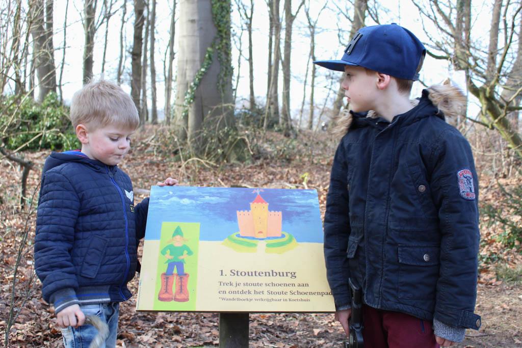 Bij dit bord start het Stoute Schoenenpad bij Kasteel Stoutenburg.