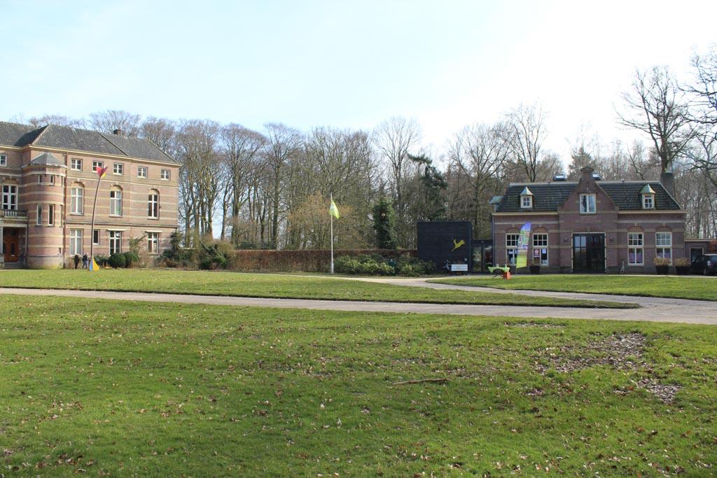 Kasteel Stoutenburg met rechts het Koetshuis.