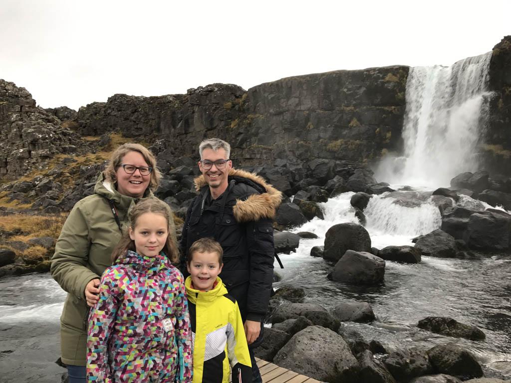 Bij de waterval in Thingvellir National Park.