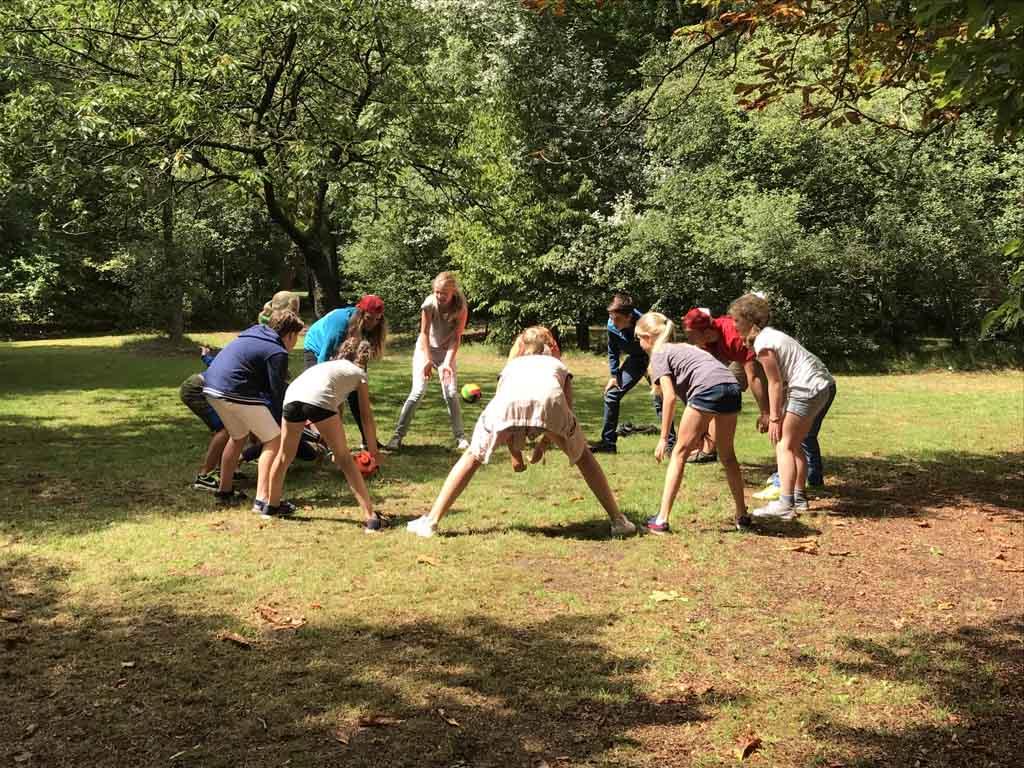 Kennismakingsspel bij de start van het Adventure Kixx kamp.