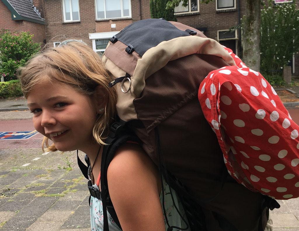 Elin is er klaar voor: ze gaat voor het eerst op vakantiekamp met een rugtas vol met kleding.