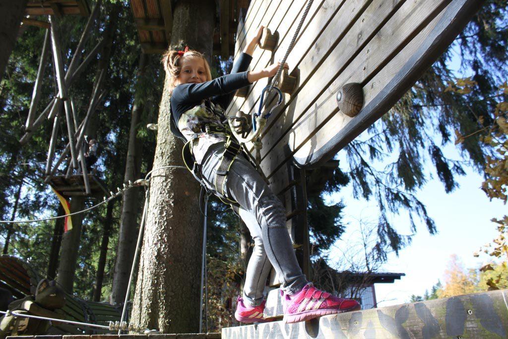 Het gaat goed, zo leren jonge kinderen op een veilige manier al de beginselen van het klimmen.