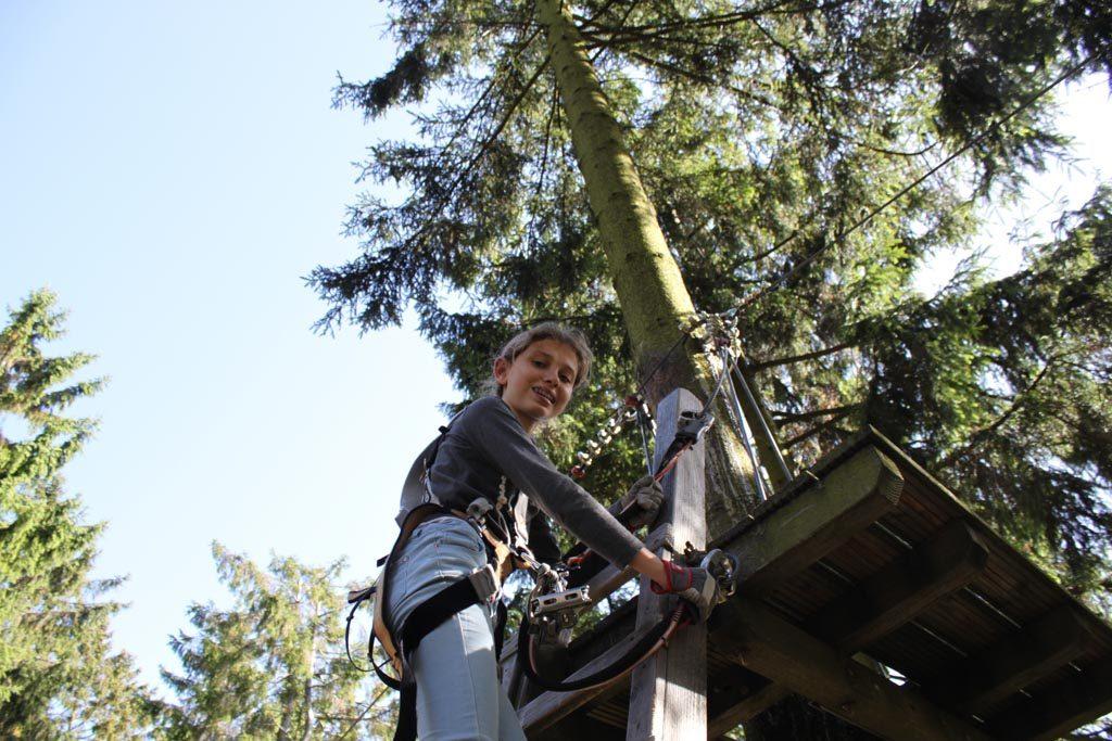 Mijn oudste zoekt het hogerop op de klimbaan van Winterberg.