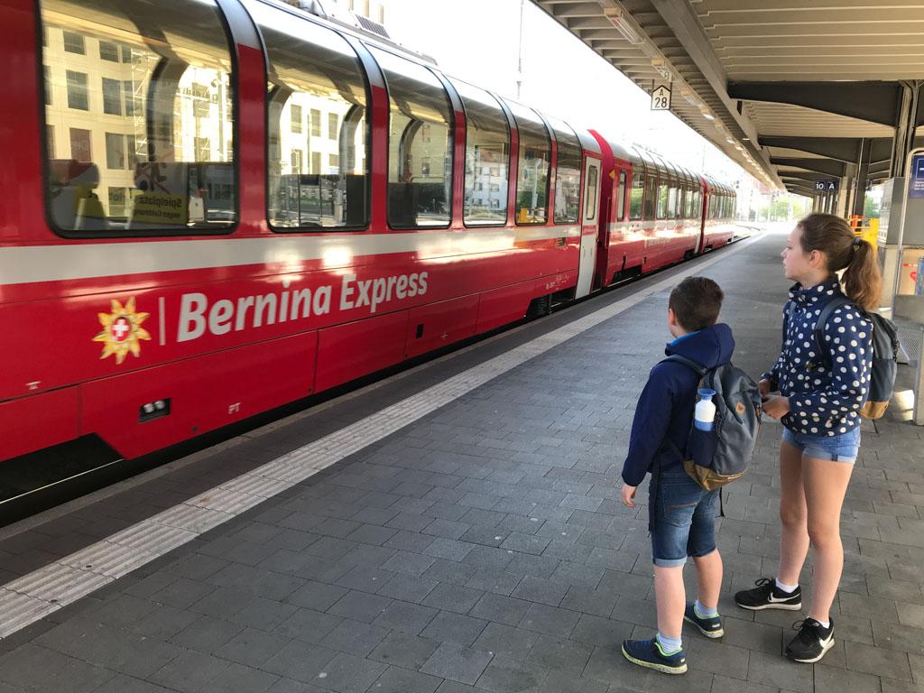 Daar komt de Bernina Express aan. Wij hebben plekken gereserveerd in de panoramawagon.