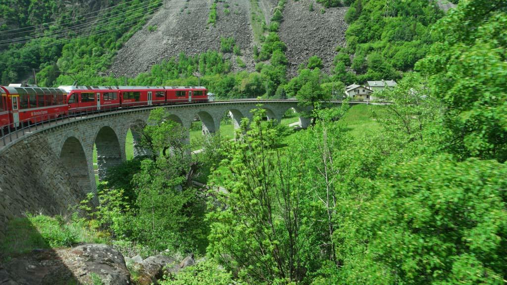We rijden over besneeuwde Alpentoppen en door groene dalen.