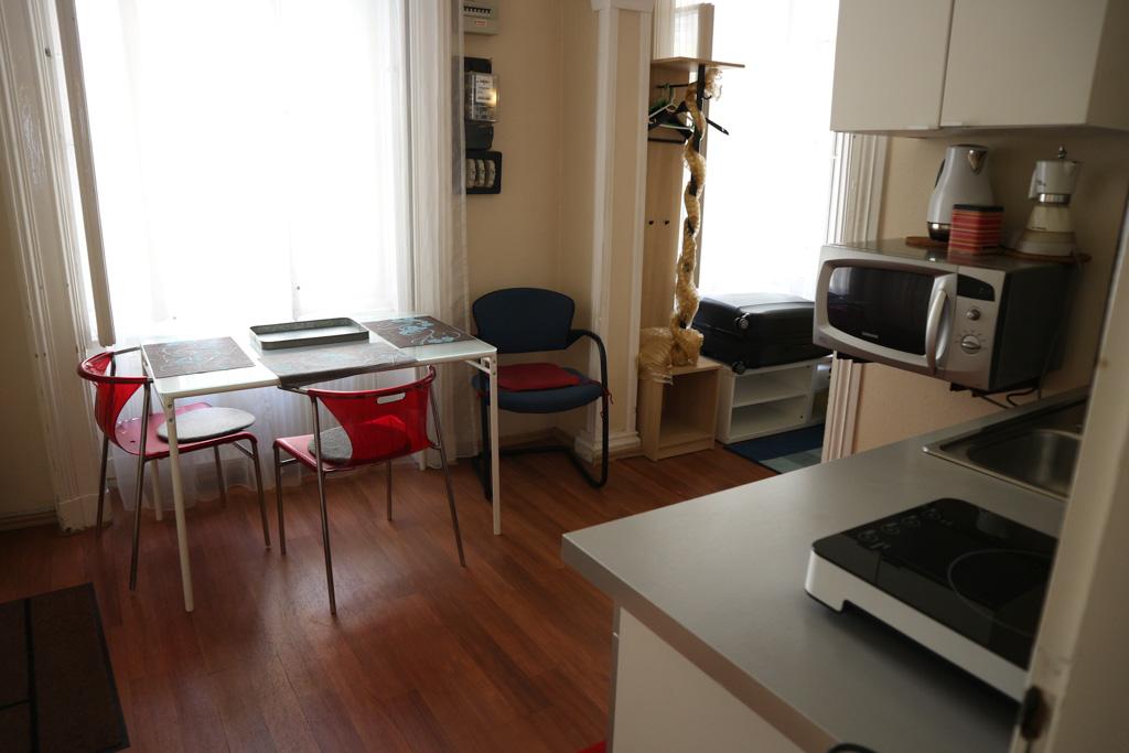 Keukentje en eetkamertafel in het appartement.