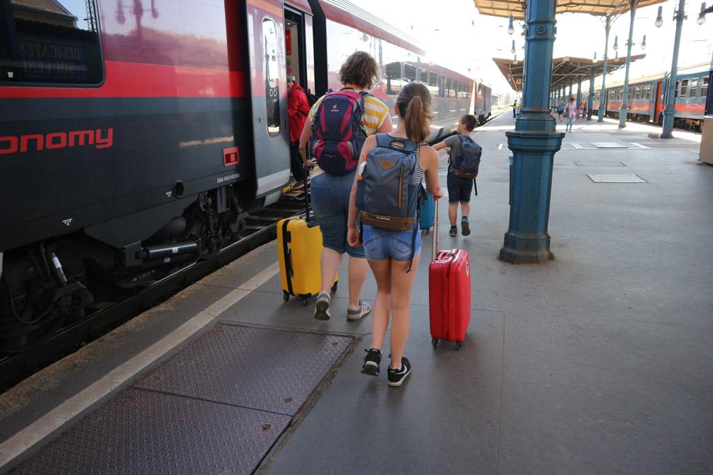 Iedereen heeft z'n eigen bagage bij zich, ook de kinderen.