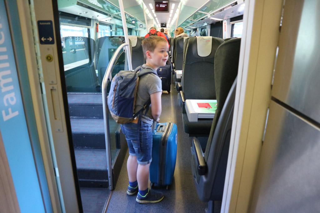 Op zoek naar ons plekje in de trein. We zitten in de 'familyzone' van ÖBB.