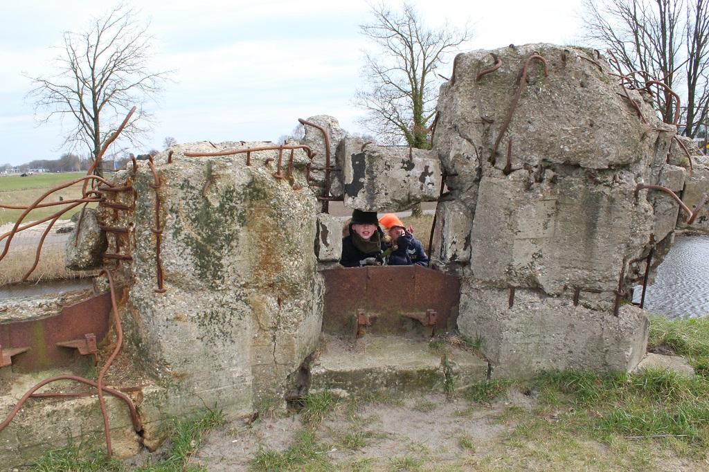 Het buitenterrein is prachtig: een echt fort. Met op de foto resten van een bunker.