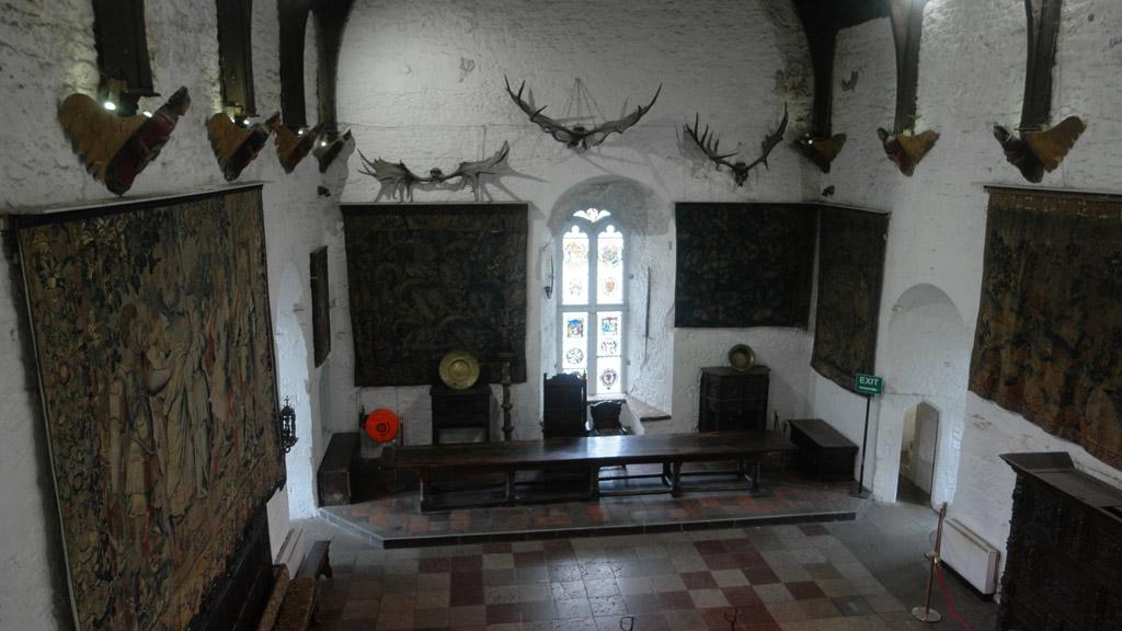 Van binnen is te zien hoe het kasteel er vroeger echt uit zag.
