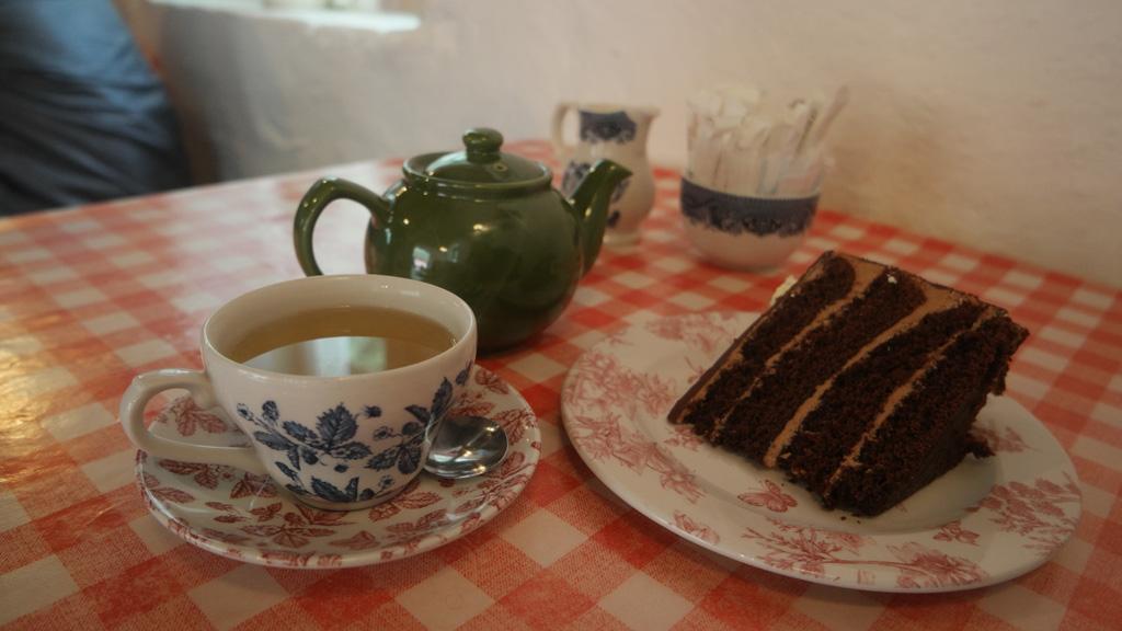 Heerlijk gebak en een flinke kop thee.