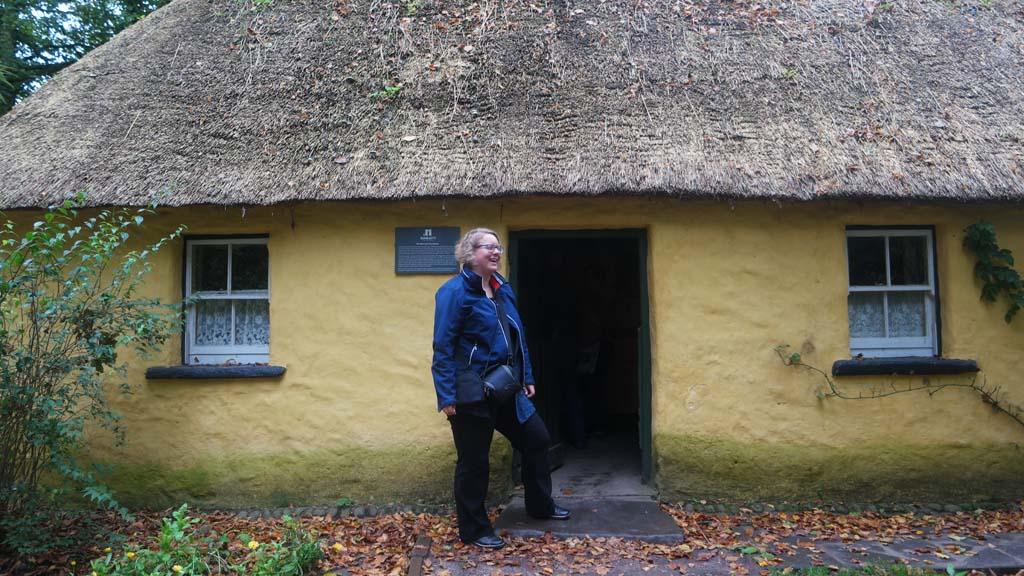 Kleine gekleurde Ierse huisjes uit vroegere tijden.