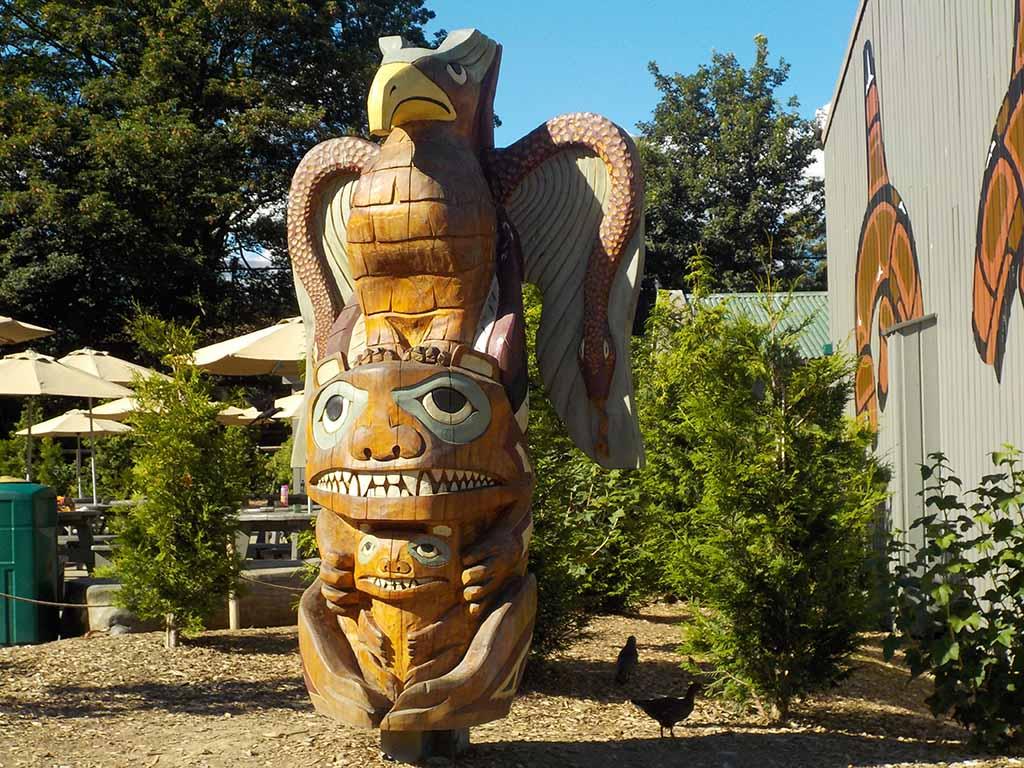 Mooie houten beelden en totempalen bij de picknickplaatsen