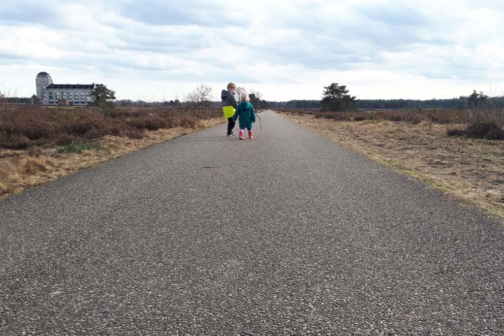 Rondom Radio Kootwijk wandelen we over een verharde en onverharde wegen.