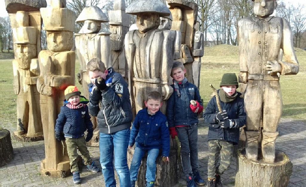 Houten Soldaten op parkeerplaats Grebbelinie Bezoekerscentrum