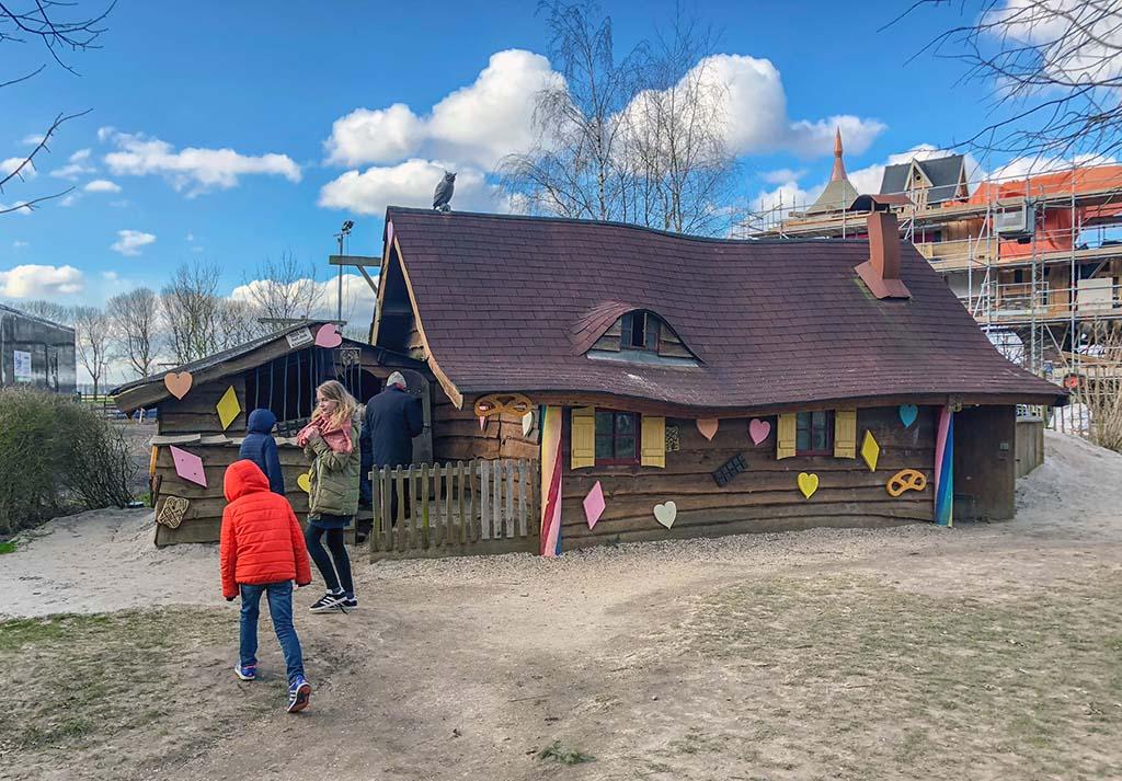 Er is buiten een grote speeltuin met een echt peperkoekhuisje!