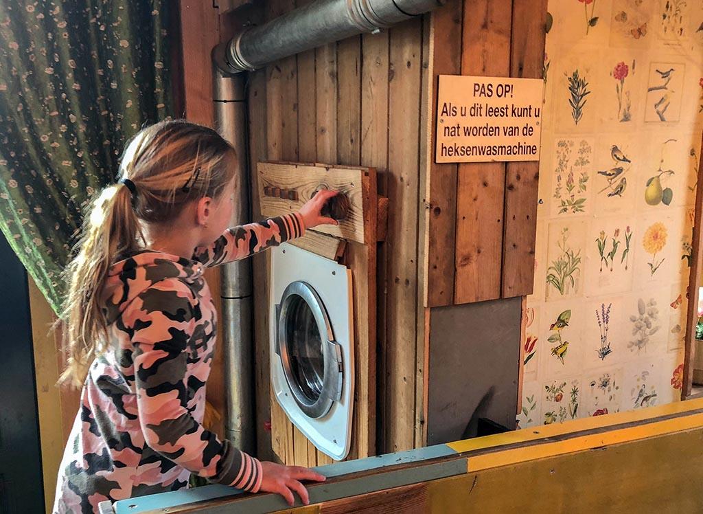 Linda zet de wasmachine van de heksen aan