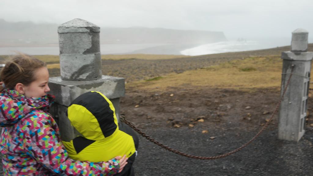 Het kan echt heel, heel hard waaien in IJsland. Hier moesten de kinderen zich vasthouden aan een paal om niet weg te waaien.