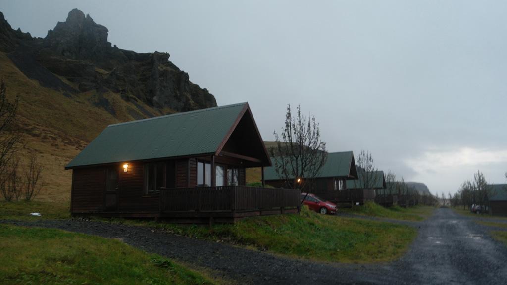 De cabins van Hörgsland Guesthouse in de avondschemering.