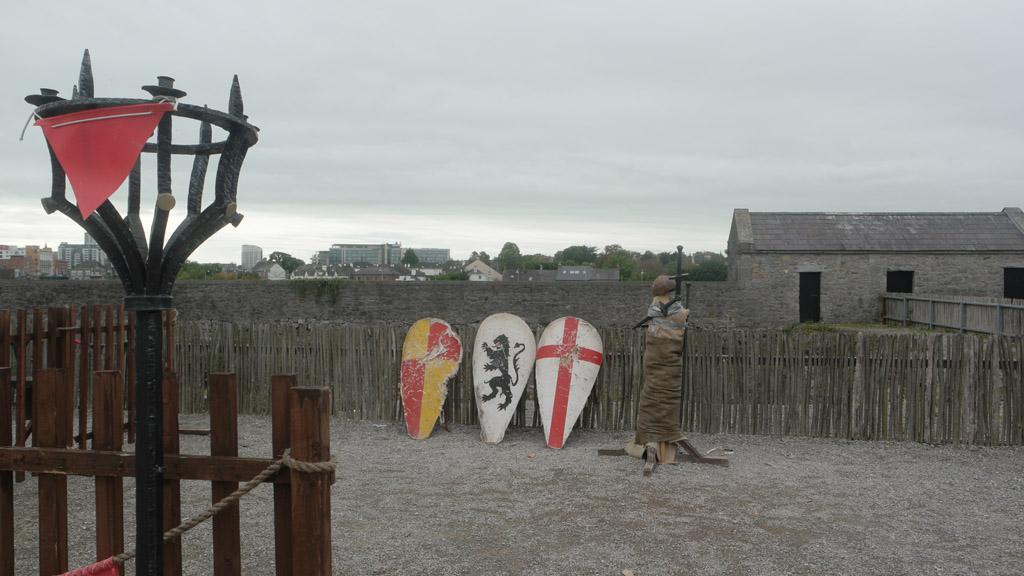 Schilden en zwaarden staan klaar om mee te spelen.