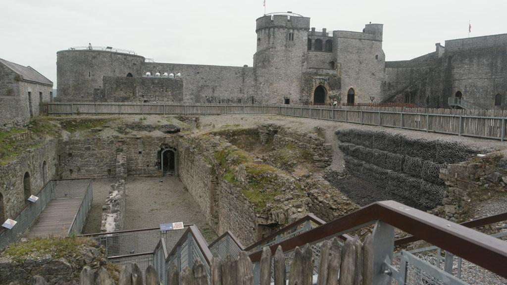 Op de binnenplaats kun je naar beneden of naar boven in de torens.