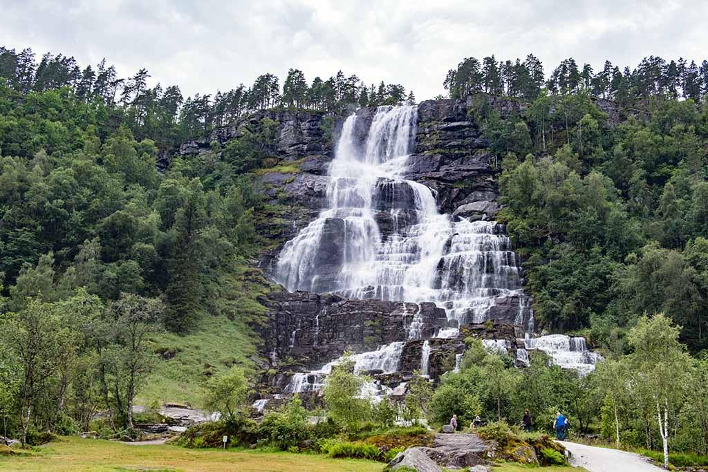 Onderweg zien we veel watervallen