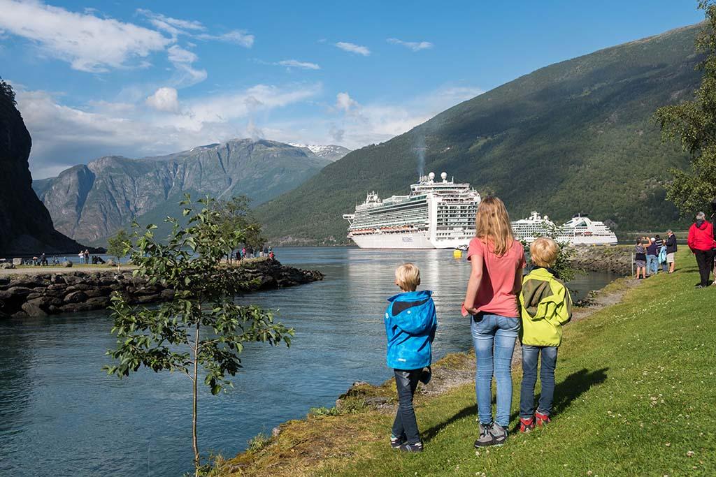 In Flåm leggen de enorme cruiseschepen aan die door het fjord varen. Indrukwekkend!