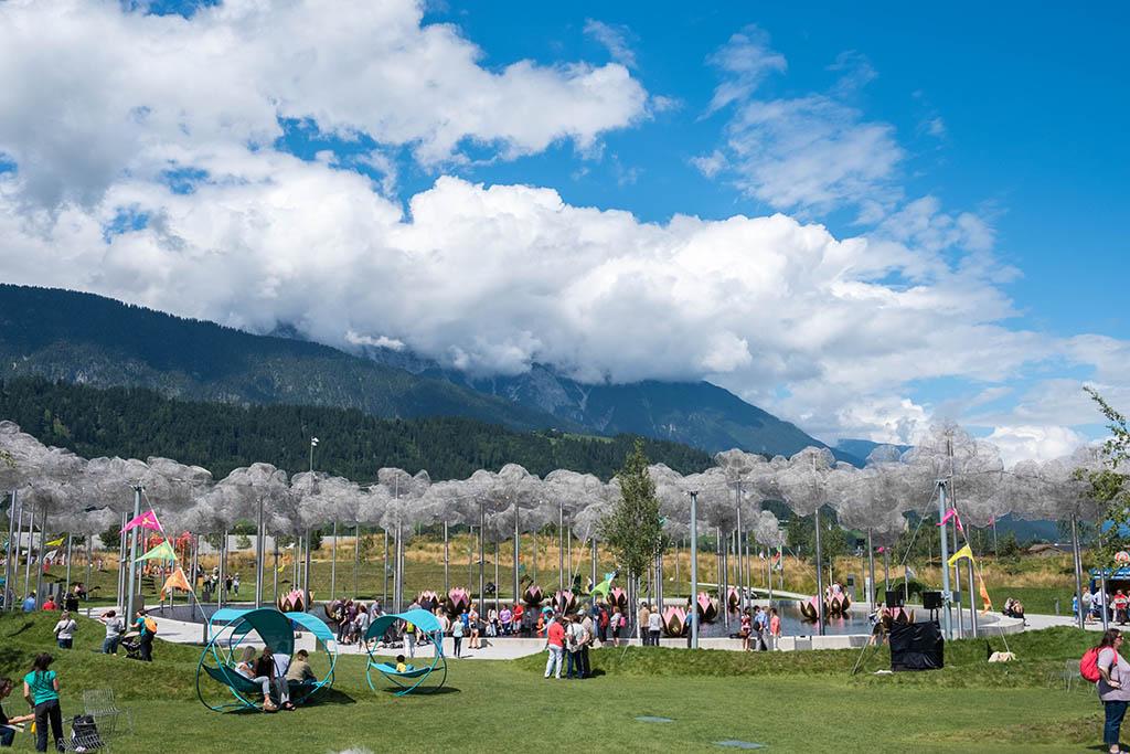 Wat ligt het park mooi tussen de bergen!
