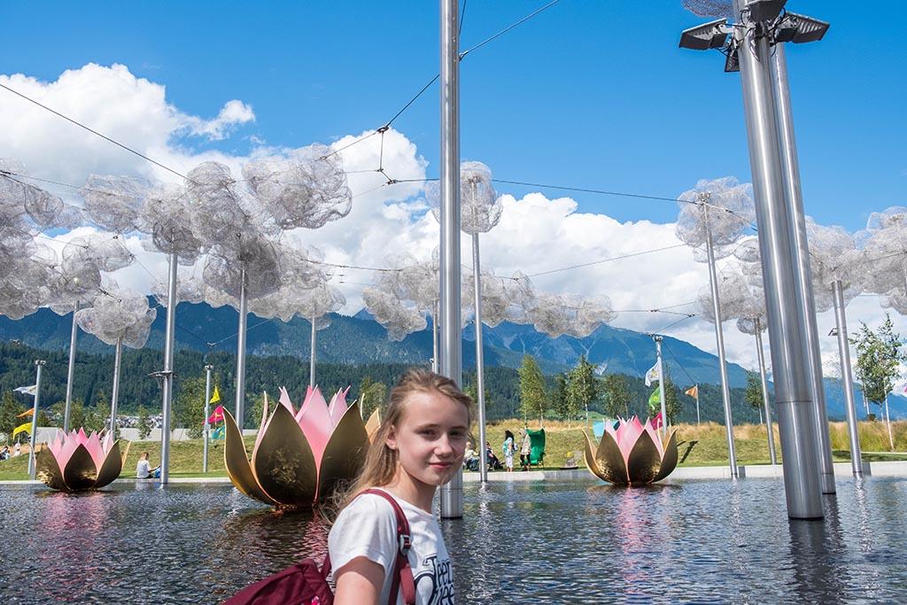 Zelfs de waterlelies en wolken glimmen