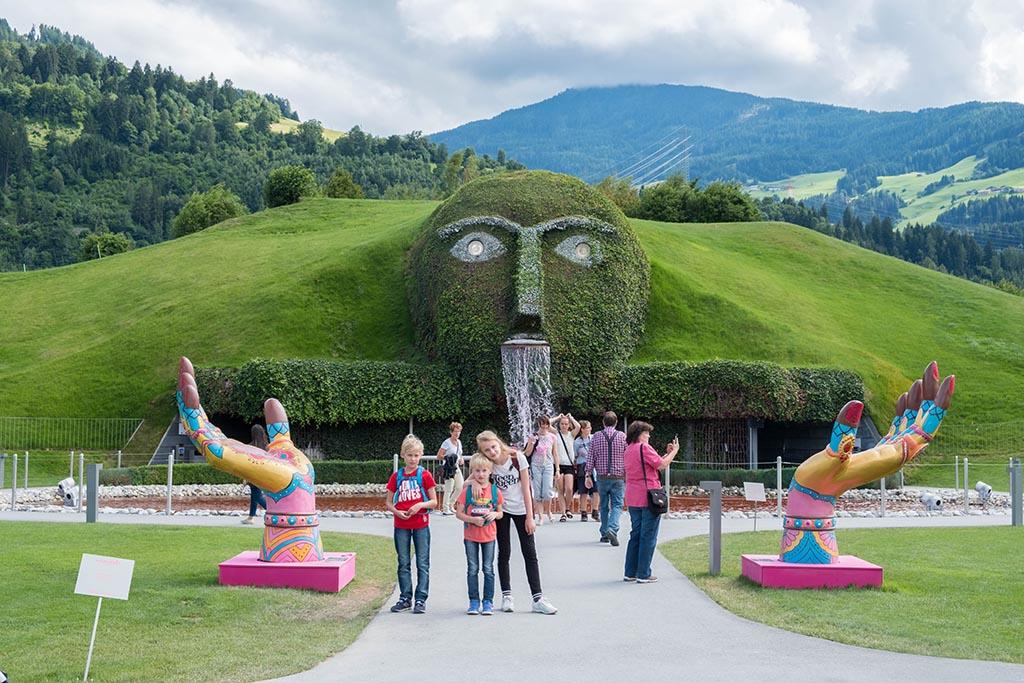 De 'giant' is een groot hoofd met glitterende ogen in een kunstmatige heuvel