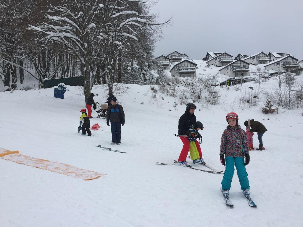 Skiles in Winterberg, met op de achtergrond het Landalpark.