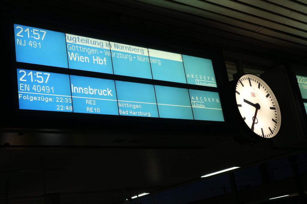 De trein wordt halverwege de nacht gesplitst, een deel gaat naar Wenen en een deel naar Innsbrück.