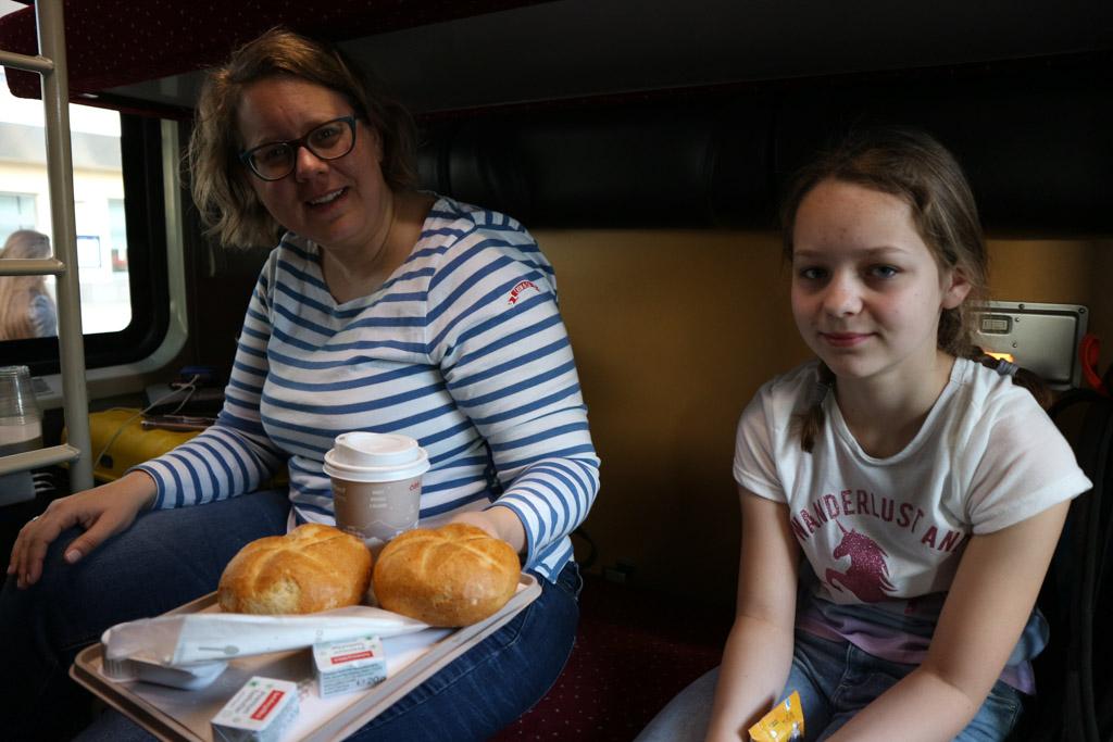Ontbijtje in de trein.