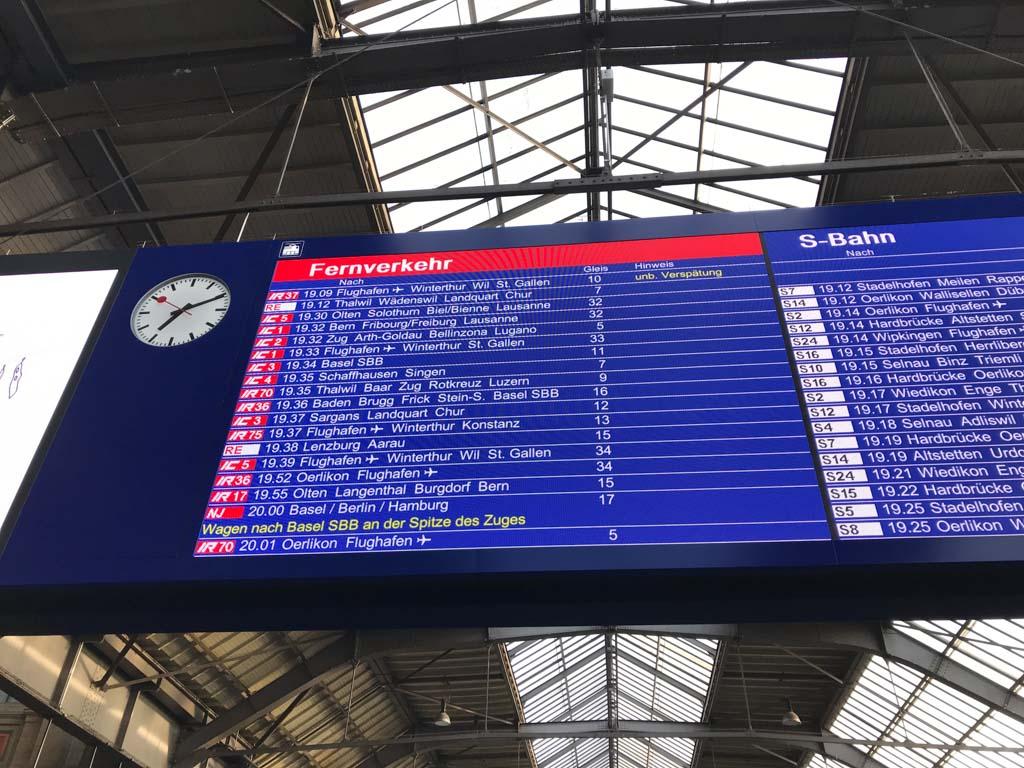 Onze trein staat al op het bord, ook al zijn we zoals gewoonlijk veel te vroeg op het station.