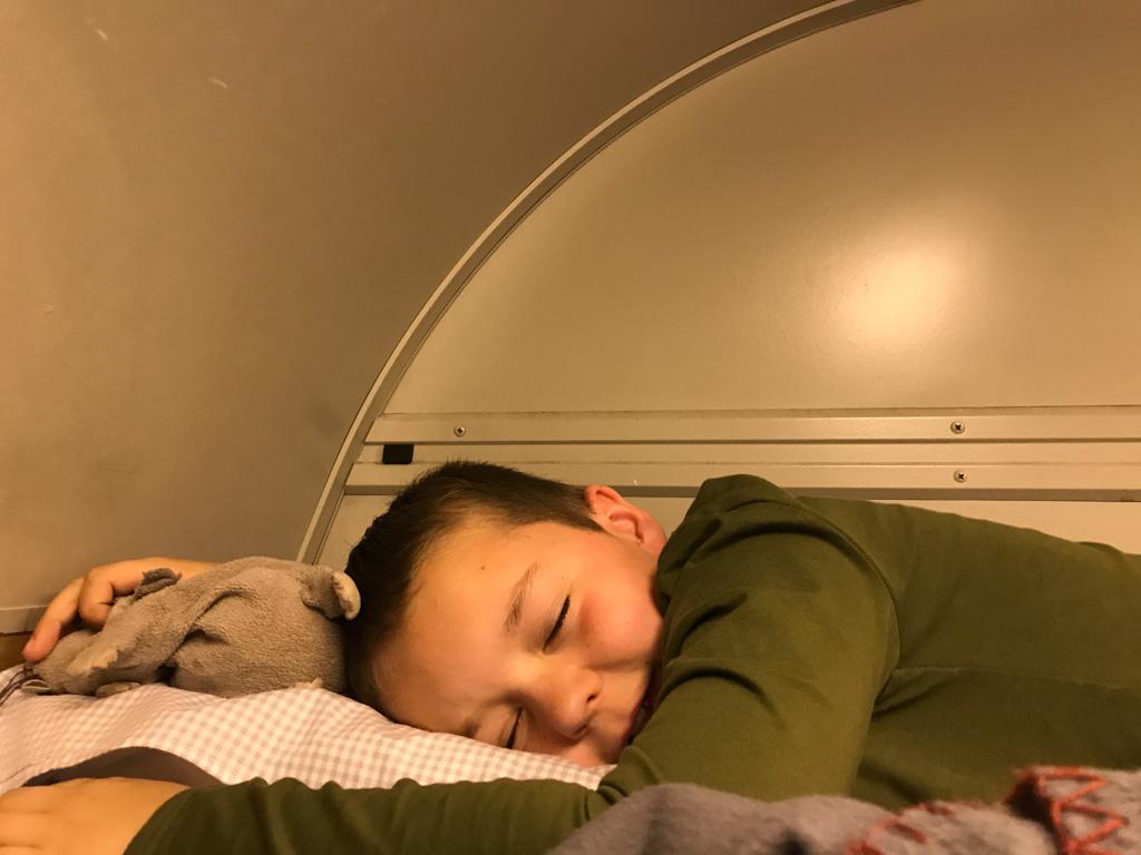 Camiel slaapt goed in de nachttrein.
