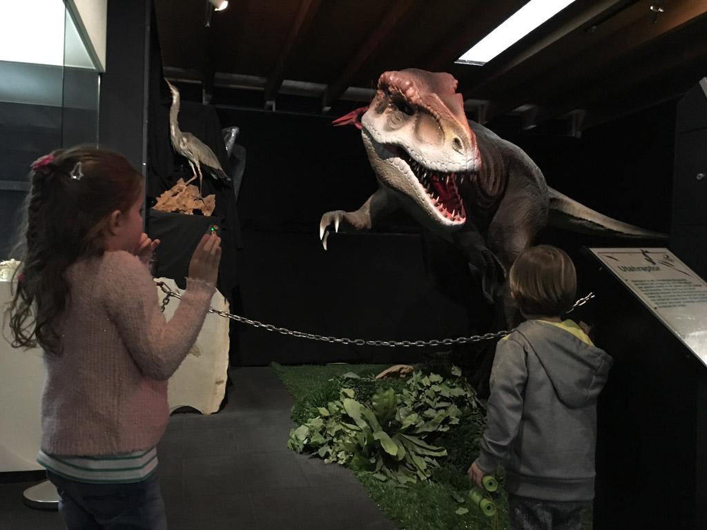 Een levensechte dinosaurus: fascinerend en spannend tegelijk.