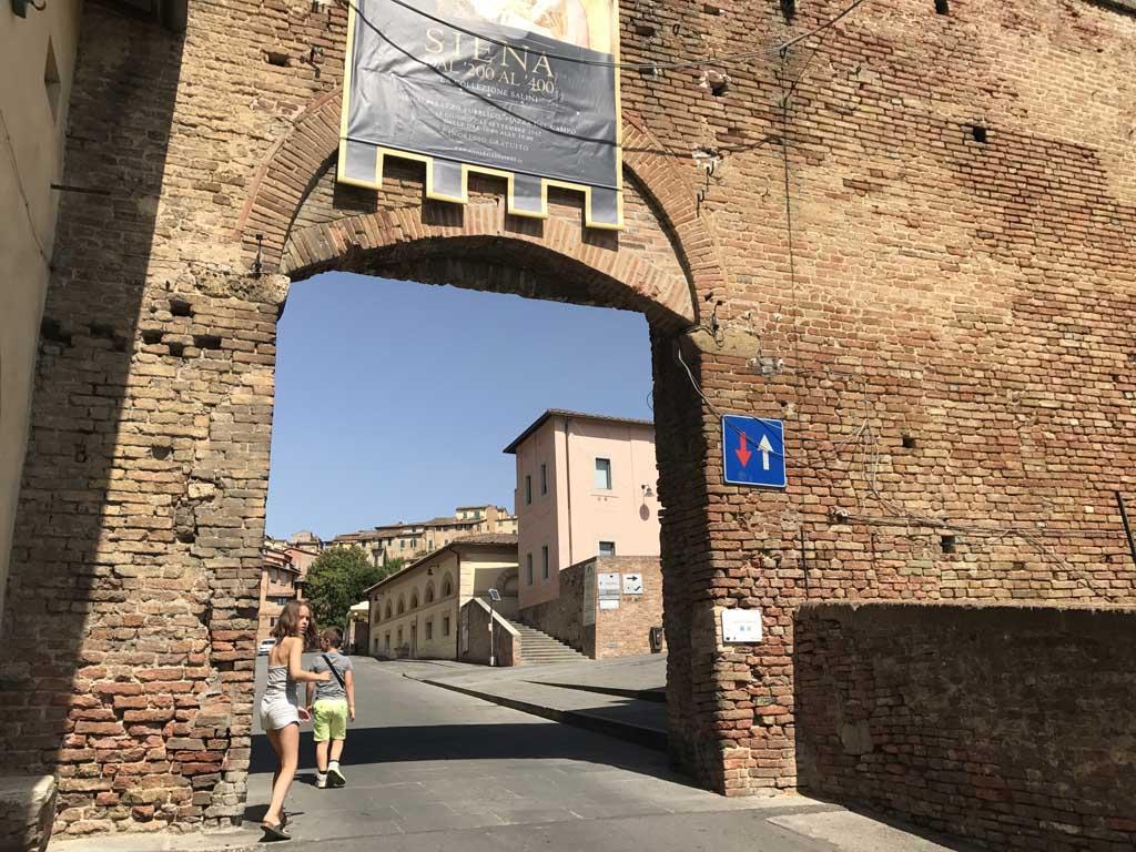 Via deze oude poort lopen we Siena in.