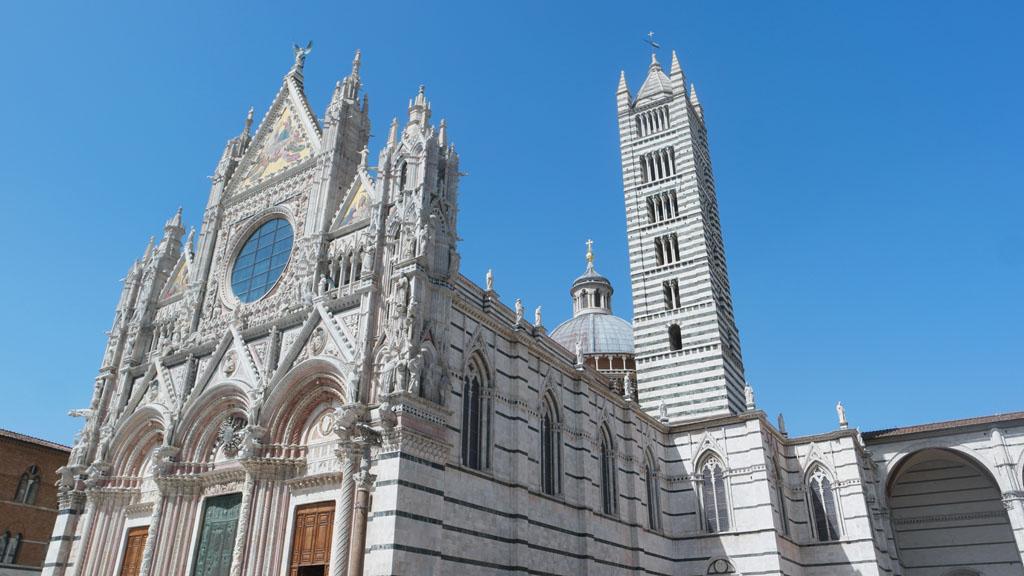 De buitenkant van de Duomo di Siena.