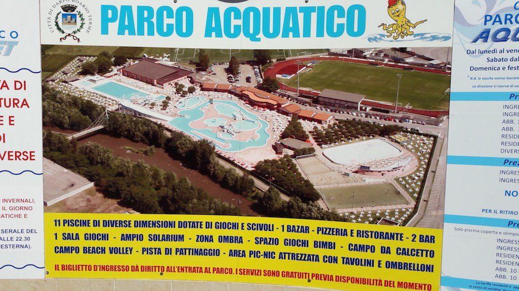 Overzichtsfoto van het park. Het bord oogt wat gedateerd, maar de zwembaden zijn goed onderhouden en brandschoon.