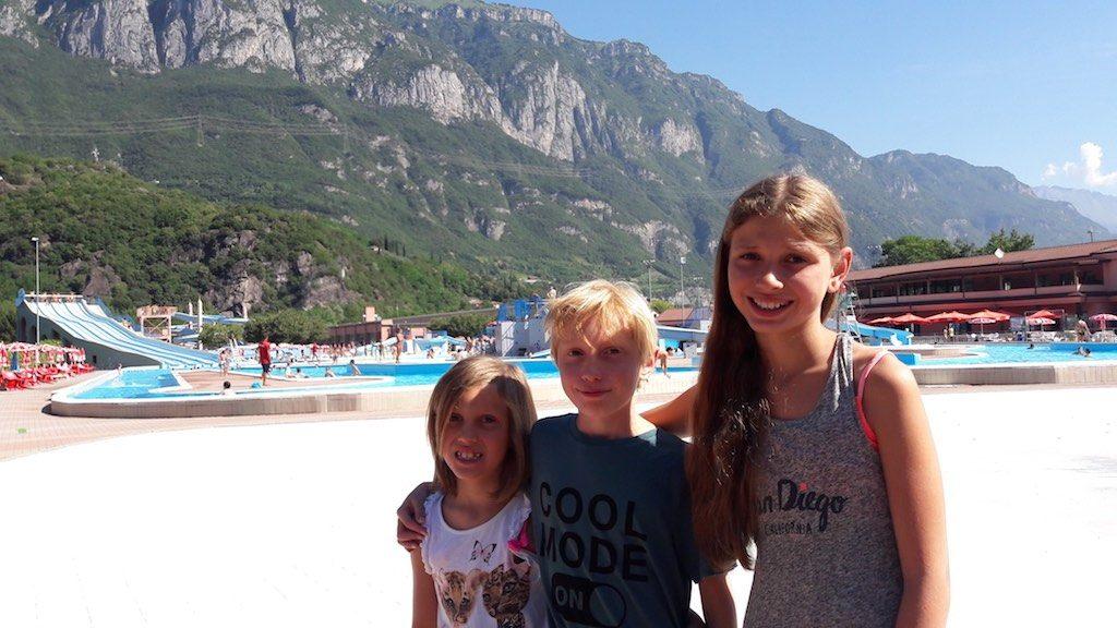 Ze staan te trappelen om het water van waterpark Aqua Planet in Lombardije te verkennen.