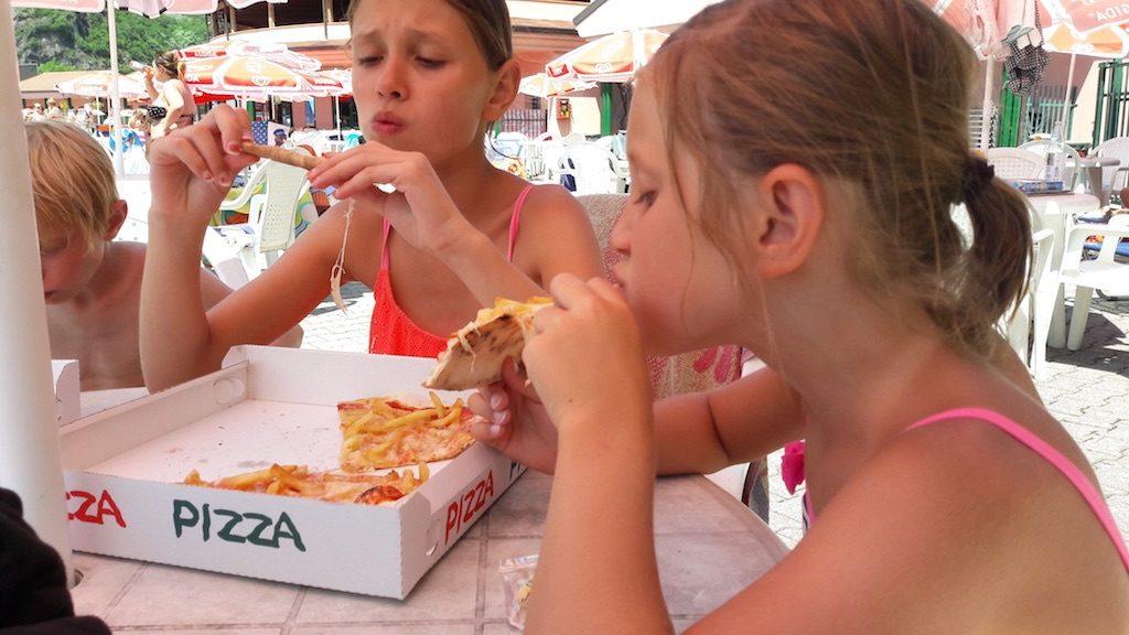 Van zwemmen krijg je trek in pizza met patat!