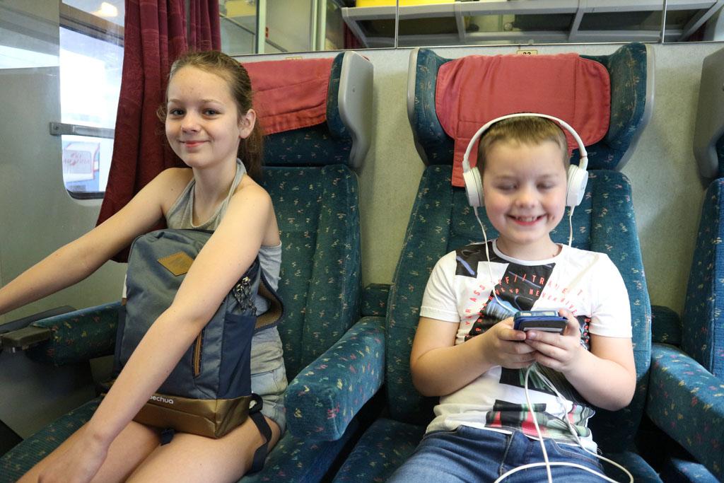 Ze vermaken zich prima in de trein.