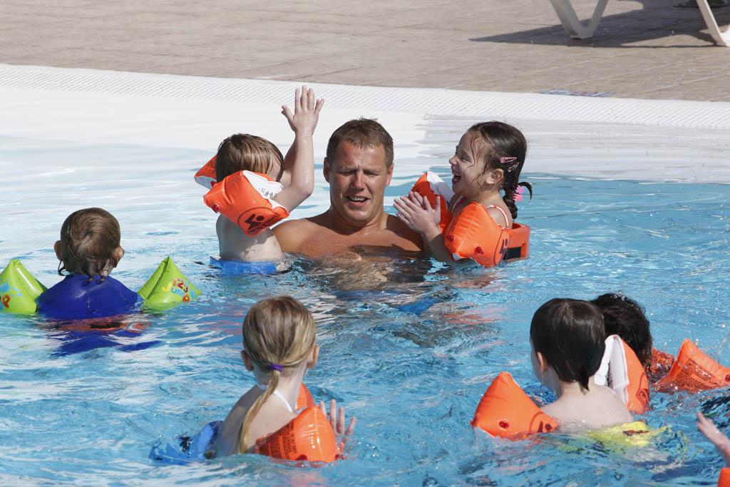 Zwemles in kleine groepjes.