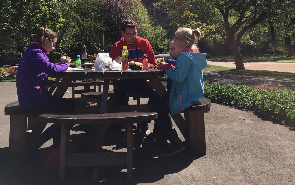 Edinburgh met kinderen lunchen in het park