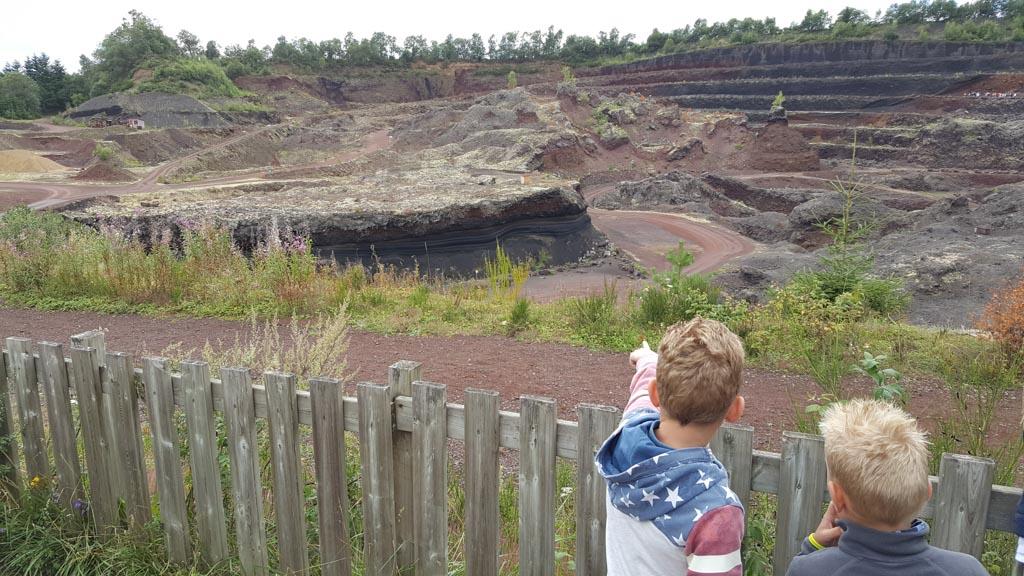 Bij Volcan de l'Emtegy leer je over vulkanen in een afgegraven vulkaan.