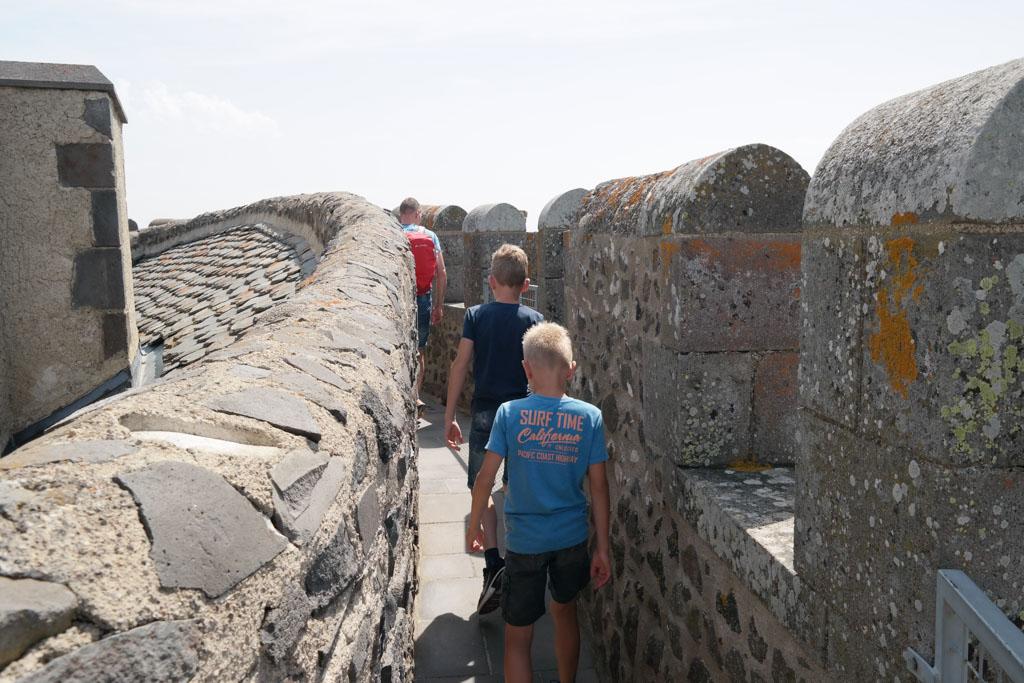 En natuurlijk over de torens lopen en genieten van het uitzicht bij Chateau Murol.