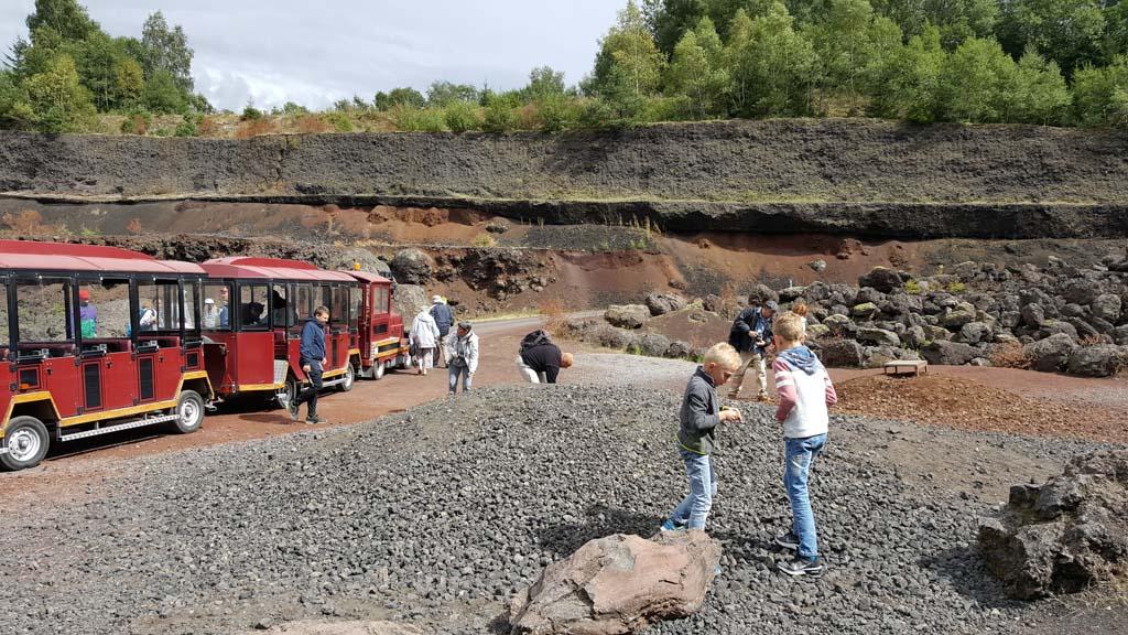 Lavastenen zoeken om mee te nemen naar huis bij Volcan de l'Emtegy.