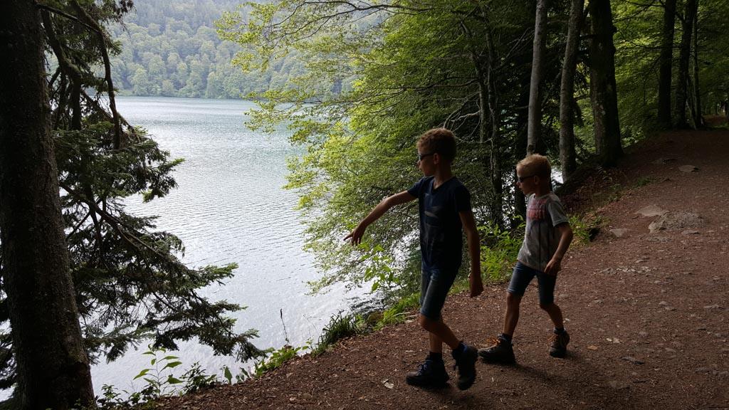Lac Pavin is een rond kratermeer waar je prettig kunt wandelen.