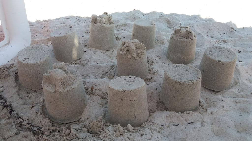 Zandkastelen bouwen op het strand
