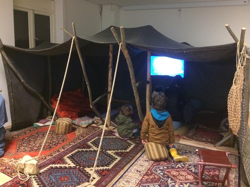 Filmpje kijken in een Bedoeïenentent